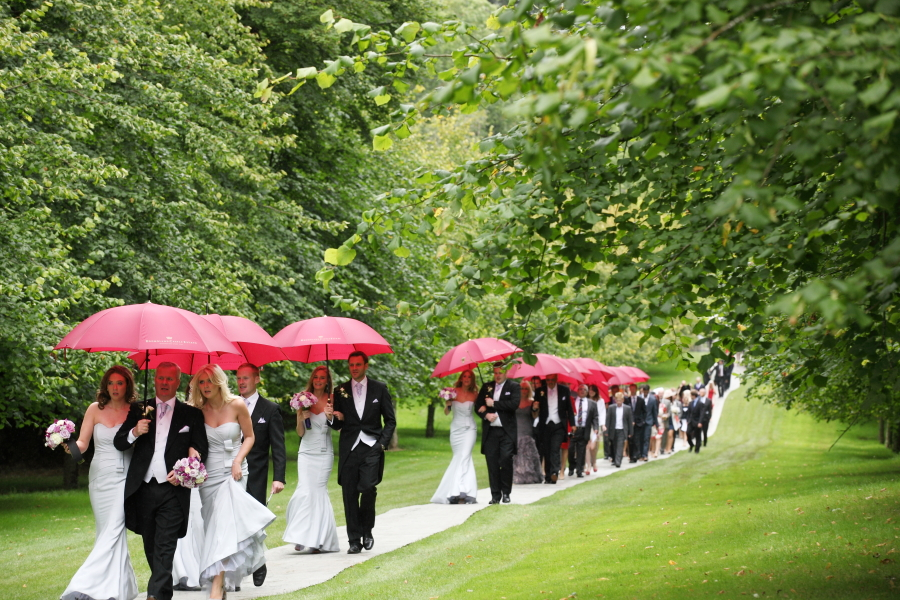 styling guests at wedding, rain at weddings, grey weddings