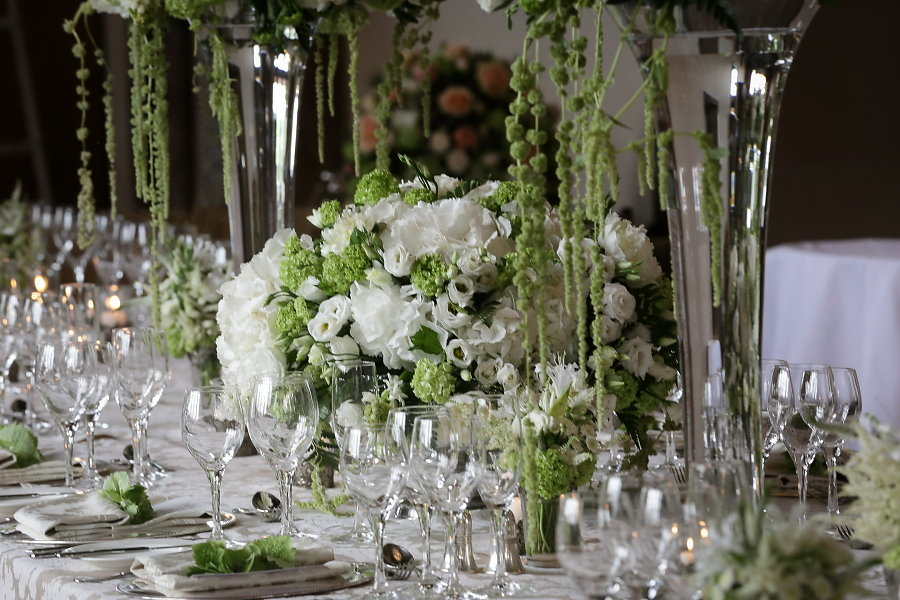 How to create a beautiful white tablescape for your wedding